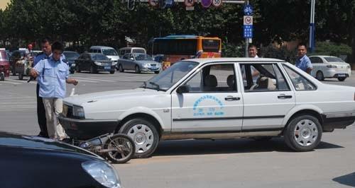 聊城一教练车与电动车相撞
