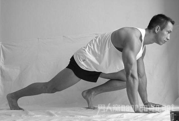 版健硕的好身材,废话不多说,下面我们就一起开始动起来吧!   TRAINING1 登山家 Mountain climber   训练部位:肩膀、腹肌、核心稳定度   训练强度:   以传统伏地挺身的姿势开始,保持颈部、脊椎、尾椎和腿呈一直线,而且手肘打直,手臂微向外转,将手掌撑在肩膀正下方。保持身体其他部位全都原地不动,将左膝往胸部提高,并且着地。  登山家   再将左脚「弹跳」伸直至开始的位置,同一时间将右脚往胸部提高。以相当快的速度反复进行一段时间,或做满设定的次数。这动作就好像是保持着伏地挺身姿